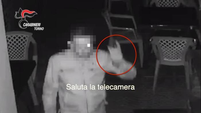 LADRO SALUTA TELECAMERA, ARRESTATO
