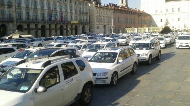 CORONAVIRUS: TORINO, TAXISTI TORNANO IN PIAZZA 'SIAMO CARNE DA MACELLO'